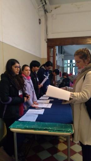 Estudiantes de la escuela colaboran en la inscripción de las 330 personas inscritas.